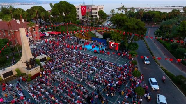 """Darbe girişiminin 2. yıldönümünde Alanya'da protokolün ve vatandaşların katılımıyla şelale önünden başlayan Milli Birlik yürüyüşü, Atatürk Anıtı'nda sona erdi. Alanya halkının tek yürek olduğu programda konuşan Belediye Başkanı Yücel, """"15 Temmuz gecesi, vatan ve millet aşkıyla sivil bir direniş başlatarak, vatanımız, bayrağımız, özgürlüklerimiz, demokrasimiz ve yarınlarımız için darbecilere meydan okuyan tüm vatandaşlarımıza minnettarız, şükran borçluyuz."""" dedi."""