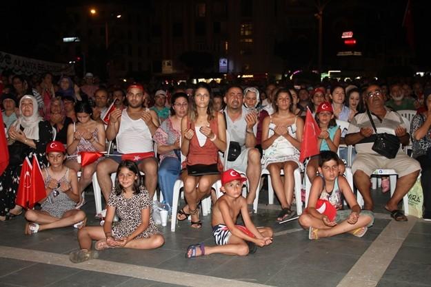 Alanya'da 15 Temmuz darbe girişiminin yıldönümü nedeniyle, binlerce kişi Hükümet Meydanı'nda bulunan Atatürk Anıtı önünde buluştu. Meydana akın eden vatandaşlar, sabaha kadar 'Demokrasi Nöbeti' tutacak. Nöbete bazı turistlerin de ellerinde Türk bayraklarıyla destek verildiği görüldü.