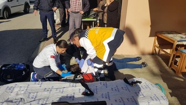 Genç kadın kanlar içinde yere yığıldı ve olay yerinde hayatını kaybetti. Hasan Y. ise olayın meydana geldiği yerin 20 metre ilerisinde aynı silahla başına tek el ateş ederek intihara teşebbüs etti.