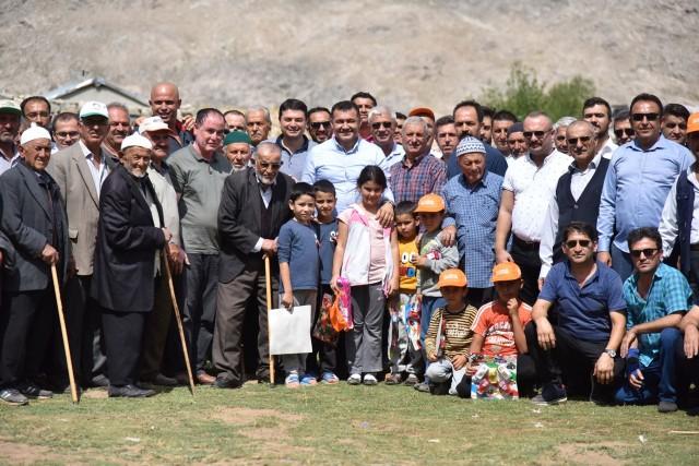 Başkan Yücel'den batı yaylalarına çıkarma  Alanya Belediye Başkanı Adem Murat Yücel, 100 araç ve yaklaşık 250 kişilik bir ekiple batı bölgesindeki yaylaları ziyaret etti. Hafta sonu 2 gün boyunca 23 yaylanın tamamını gezen Başkan Yücel'i vatandaşlar büyük coşkuyla karşıladı.
