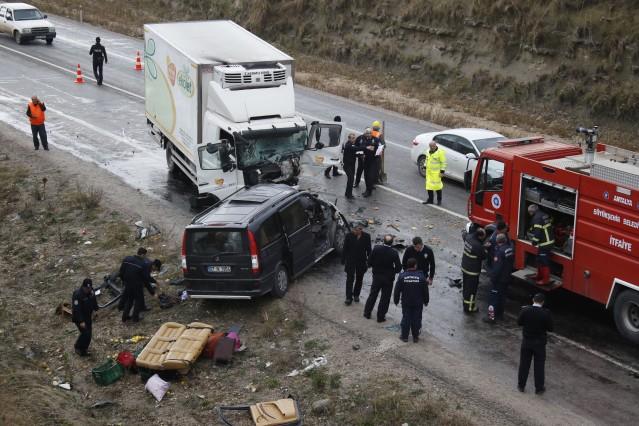 Antalya'nın Aksu ilçesinde bir kamyon ile midibüsün çarpışması sonucu meydana gelen trafik kazasında aynı aileden 3 kişi hayatını kaybetti, 2 kişi yaralandı.  Kaza saat 09.00 sıralarında Antalya-Isparta karayolunun 3'üncü kilometresinde meydana geldi. Edinilen bilgiye göre, 32 yaşındaki Ersin Er, O7 N 1954 plakalı midibüsü ile annesi Saliha Er (61) babası Ekrem Er (61) ve kız kardeşi Semra Er'le (37) birlikte sabah saatlerinde Alanya'dan Isparta'ya doğru yola çıktı. Yolun 3'üncü kilometresinde Ersin Er idaresindeki midibüs, karşı yönden gelen bir pazarlama şirketine ait Cemil D., yönetimindeki 34 FU 1879 plakalı kamyon ile kafa kafaya çarpıştı.  Kazayı gören diğer sürücüler, durumu polis ve sağlık ekiplerine bildirdi. Kazada her iki aracın sürücü bölümleri hurdaya dönerken kamyon sürücüsü sıkıştığı yerden itfaiye tarafından çıkarıldı. Cemil D., ile midibüsteki yolculardan Saliha Er, yaralı olarak hastaneye kaldırılırken, kazada Ersin Er, Ekrem Er ve Semra Er hayatını kaybetti. Polisin geniş güvenlik önlemi aldığı kaza yerinde trafik tek şeritten kontrollü olarak sağlandı. Polisin çalışmasını tamamlamasının ardından midibüsteki cansız bedenler cenaze aracına alınarak otopsi için Antalya Adli Tıp Kurumu Morgu'na kaldırıldı.  Er ailesinin Alanya'da turizm sektöründe faaliyet gösterdikleri öğrenildi.  Araçların çekilmesinin ardından yol trafiğe açılırken, polis kazayla ilgili soruşturma başlattı.