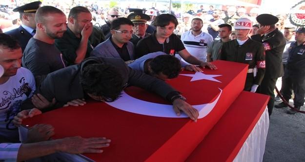 Antalya Müftüsü Osman Artan'ın kıldırdığı cenaze namazının ardından tören alınana toplanan kalabalığın omuzlarında taşınan şehidin naaşı, aynı mezarlıkta bulunan Alanya Garnizon Şehitliği'ne gözyaşları içerisinde toprağa verildi.