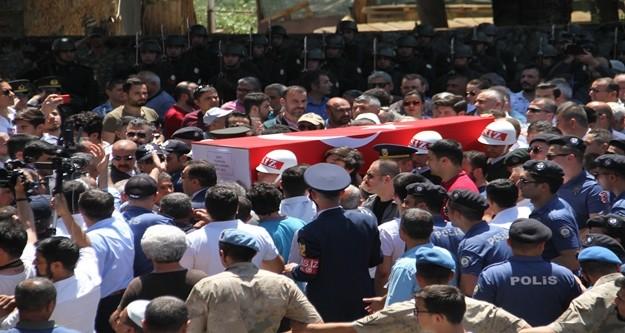 Hakkari'nin Yüksekova ilçesi Irak sınırında bulunan Batıntepe üs bölgesine, PKK'lı teröristlerin sızma girişiminde bulunması sonucu çıkan çatışmada şehit olan Piyade Uzman Çavuş Zekeriya Zencirli, Antalya'nın Alanya ilçesinde son yolculuğuna uğurlandı.