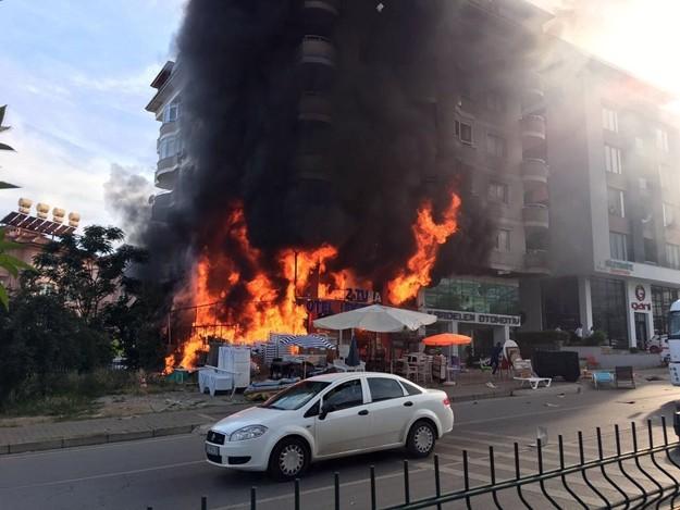 Alanya'da otel ekipmanları mağazasında çıkan yangın kısa sürede 5 katlı binayı sardı. İtfaiye ekipleri yangını güçlükle kontrol aldı.