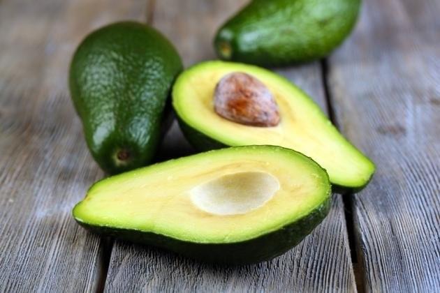Sağlıklı olanın sıkıcı olma tabusunu yıkan avokado artık sadece diyet listelerinde kalmıyor.  Güney Amerika'dan gelme bu şekersiz ve mucize meyve artık renkli salatalardan sağlıklı tostlara, ölü hücrelerde kurtaran peelinglerden nemlendirici maskelere kadar her yerde kurtarıcımız. Avokadoyu henüz denemeyenlerden ya da yıldızı barışmayanlardansanız daha fazla şey kaybetmeden avokadonun faydalarına göz atın ve avokadonun yeni bağımlılığınız olmasına izin verin!
