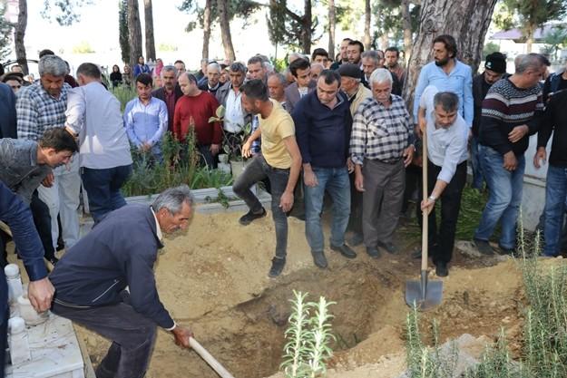 Razgatlıoğlu'nun kız arkadaşı Ülkü Özcan'ın cenazesi ise Çamlı Mezarlıkta ikindi namazını müteakip kılınan cenaze namazının ardından babaannesi Ümmü Özcan'ın kabrinin yanına defnedildi.