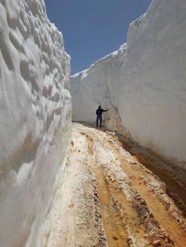 Alanya'da truzim sezonun açılması ile vatandaşlar denizlere akın ederken bir yandan da Alanya'nın bir çok yaylasında metrelerce yükseklikte kar var.  -Hadim-