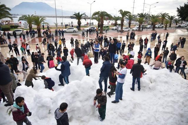 Alanyalı çocuklar 17 derecede taşıma karla tanıştı. 5 kamyon dolusu kar, denize sıfır iskelede vatandaşlara bayram havası yaşattı