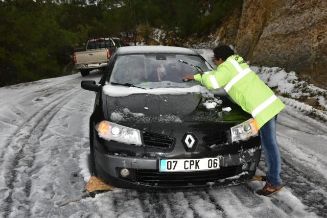 Alanya'da karda kalan araçlara ilk müdahale belediyeden
