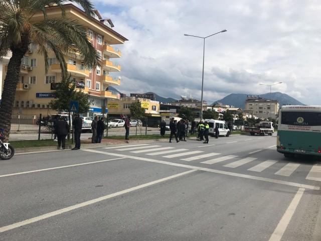 Alanya'da bugün 12.30 sıralarında Cumhuriyet Mahallesi, Çevre Yolu üzeri, Halk Bank karşısında feci bir kaza yaşandı. Edinilen bilgilere göre 07 HHF 86 plakalı Alanya L Tipi Cezaevi aracı Abdullah Ercan'ın kullandığı 07 HHV 93 plaklı motosikletle çarpıştı.