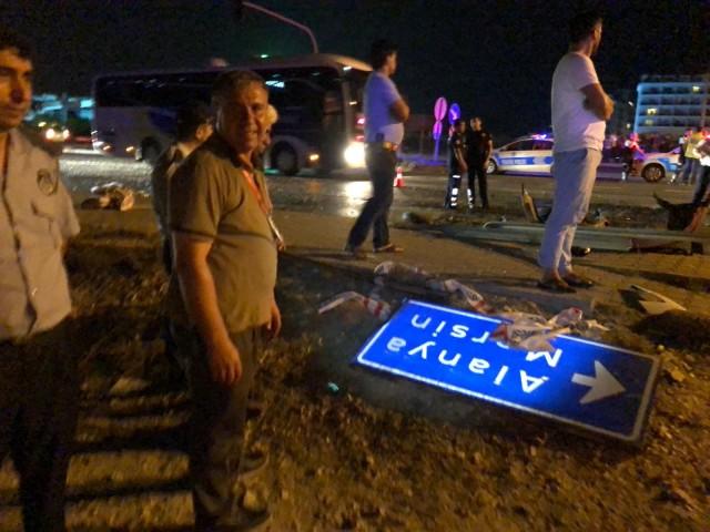Ölen ve ağır yaralananın olmadığı kazada hafif yaralanan 3'ü sürücü 6 kişi olay yerine gelen 112 Acil Servis ekipleri tarafından ayakta tedavi edilip kontrol amaçlı olarak hastaneye sevk edildi.