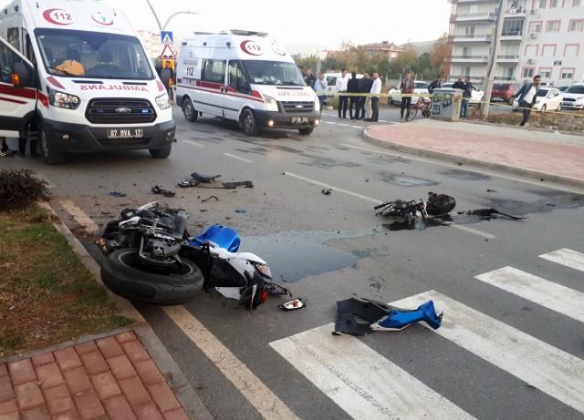 Alanya'nın tanınmış isimlerinden Tek Teker Arif lakaplı Arif Razgatlıoğlu ve kız arkadaşı Ülkü Özcan Gazipaşa'da geçirdikleri motosiklet kazasında hayatlarını kaybettiler.