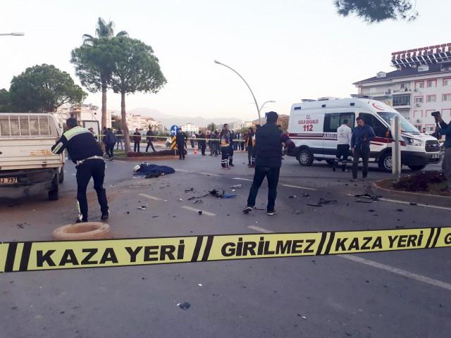 Edinilen bilgiye göre, aşırı hız yaptığı iddia edilen milli motosikletçi Toprak Razgatlıoğlu'nun babası Arif Razgatlıoğlu'nun idaresindeki 33 NE 303 plakalı sürat motoru sürücüsü öğrenilemeyen 07 UJ 797 plakalı kamyonete arkadan çarptı.