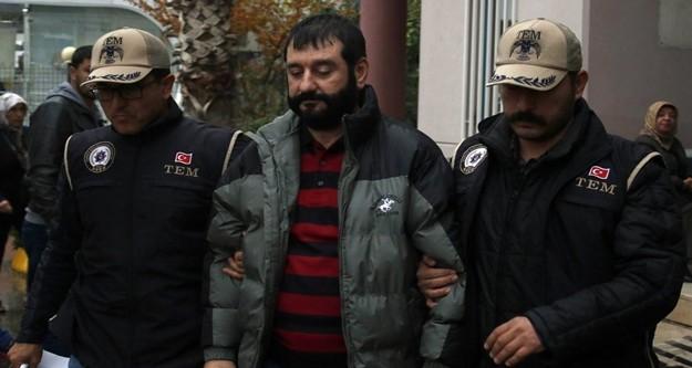 Yakalanmamak için sakalını ve saçını uzattığı, sahte kimlik kullandığı belirlenen Erhan Özdemir, sorgulanmak üzere bu sabah saatlerinde Antalya'ya getirildi. Sağlık kontrolünden geçirilen FETÖ'cü kaymakamın üzerinde ve evinde yapılan aramada 5 adet cep telefonu, 4 adet flaş bellek ile sahte kimlik ele geçirildi. Antalya'ya getirilen ve sağlık kontrolünden geçirilen Erhan Özdemir adliyeye sevk edildi.