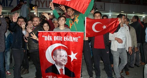 Kesin olmayan sonuçlara göre 'evet' oylarının yüzde 51.3 oranının geçmesinin ardından Ak Parti seçim ofisi önünde toplanan yüzlerce vatandaş Cumhurbaşkanı Recep Tayyip Erdoğan lehine sloganlar attı.