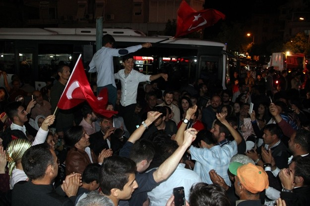 Anayasa değişikliği referandum sonuçlarının açıklanmasının ardından Antalya'nın Alanya ilçesinde kutlamalar başladı.