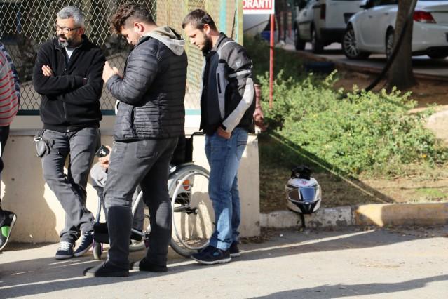 Kent merkezinden sahil yönüne seyreden, Arif Razgatlıoğlu'nun kullandığı 33 HE 303 motosiklet, kontrolsüz kavşakta tali yoldan çıkan İsmet Oğuz yönetimindeki 07 UJ 797 plakalı kamyonetin kasasına çarptı. Kazada Razgatlıoğlu ve Özcan, metrelerce sürüklenerek olay yerinde hayatlarını kaybetti. Kaskları olmadığı belirlenen Razgartlıoğlu ve Özcan'ın birbirine sarılı halde bulunan cenazeleri Antalya Adli Tıp Kurumu Morguna gönderildi.
