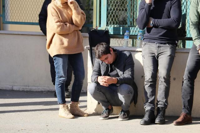 """Geçirdiği trafik kazasında arkadaşı ile birlikte hayatını kaybeden 'Tek Teker' lakaplı Arif Razgatlıoğlu'nun cenazesini oğulları ve Kenan Sofuoğlu aldı. Razgatlıoğlu'nun milli motosikletçi oğlu Toprak Razgatlıoğlu, gözyaşlarını tutamadı. Aileye başsağlığı dileyen Kenan Sofuoğlu, """"Bu şekilde hayatını kaybetmesi bizi çok etkiledi ve üzdü"""" dedi."""