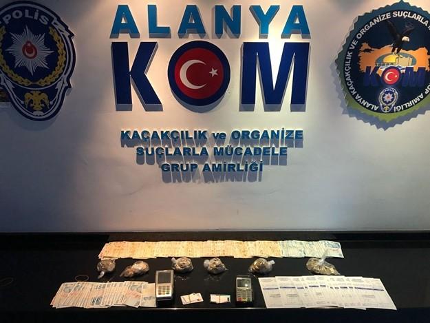 Alanya'da polisin düzenlediği operasyonda tefecilik yaptığı iddia edilen 6 şüpheli gözaltına alınırken, yüklü miktarda kredi kartı slipleri, 2 post cihazı, çok sayıda farklı firmalara düzenlenmiş faturalar ve para ele geçirildi.