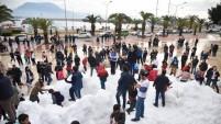 Alanya'da denize sıfır kartopu savaşı