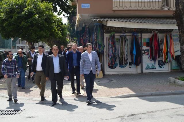 MHP'li Türkdoğan ve yönetimi Alanya sokaklarında doalrak vatandaşlardan referandum öncesi destek istediler. Türkdoğan ve yönetimi hazırladıkları broşürleri de dağıttılar.
