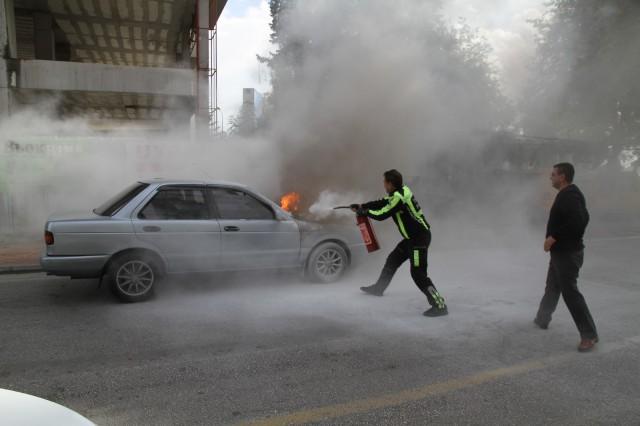 Alanya'da, hareket halindeyken motor bölümünden alev alan LPG'li otomobil yanarak kullanılamaz hale geldi. Sürücü olayı yara almadan atlattı.
