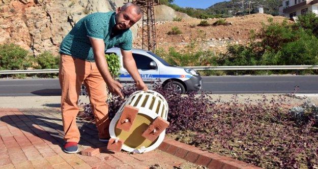 DİNEK PARKI'NDA ESRARENGİZ TAHRİP