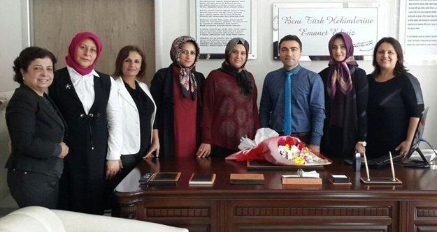 AKP'li kadınlardan çiçekli kutlama
