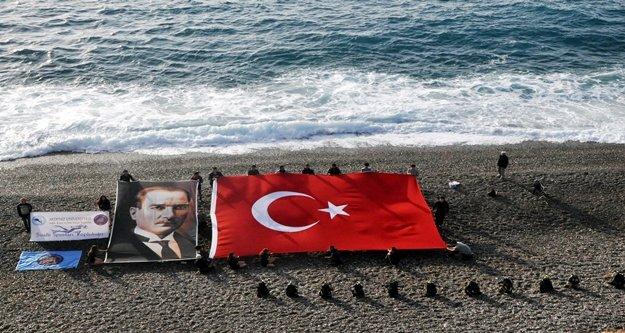 Atatürk deniz üzerine açılan dev bayrakla anıldı