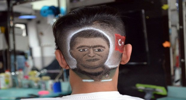 Fethi Sekin'in portresini kafasına çizdirdi