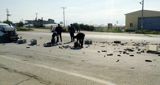 Kamyonet kaza yaptı, patlıcanlar yola saçıldı
