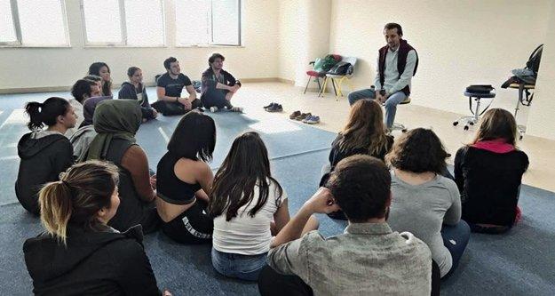 Öğrencilere tiyatro eğitimi