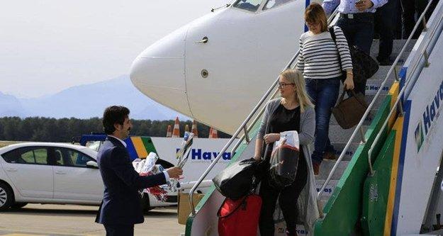 Turist getiren uçağa yakıt desteği