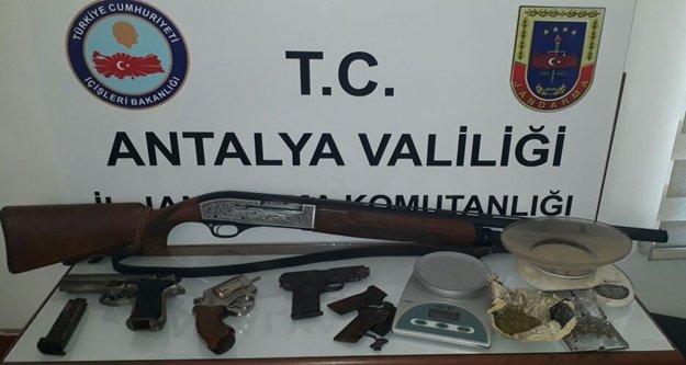 Alanya'da ruhsatsız silah operasyonu