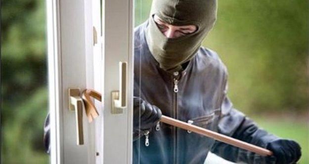 Alanya'da evlere dadanan hırsızlara suçüstü