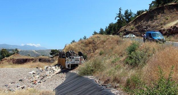 Çöp taşıyan kamyon devrildi
