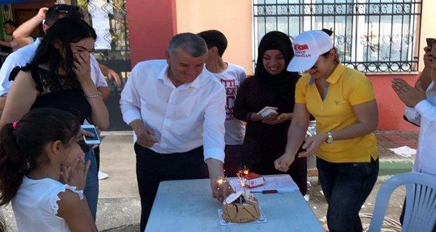 Seçim sandığında doğum günü kutlaması
