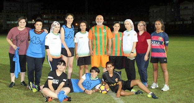 Başkan Çavuşoğlu kızlarla sahaya çıktı