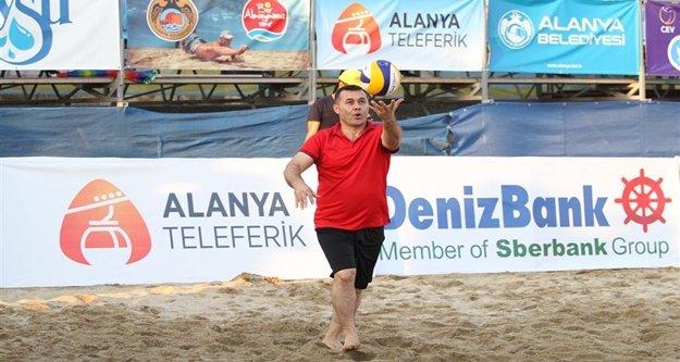 Başkan Yücel plaj voleybolunda hünerlerini sergiledi
