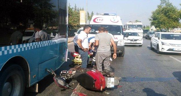 Motosiklet otobüse çarptı: 2 yaralı var
