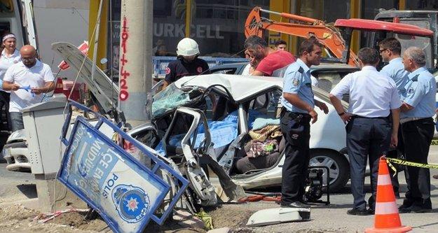 Otomobil elektrik direğine çarptı: 1 ölü var