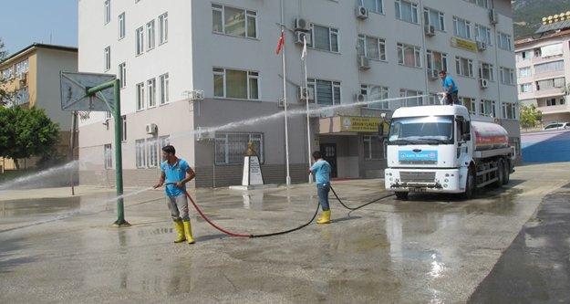 Alanya Belediyesi okulları temizliyor