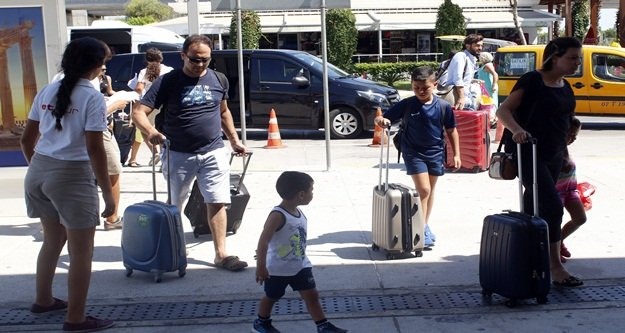 Havalimanı'nda giden yolcu yoğunluğu