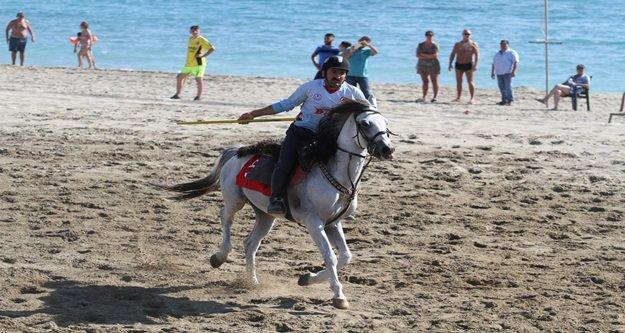 Plajda ciritçiler at koşturdu