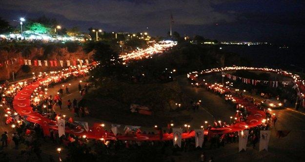 600 metrelik Türk bayrağıyla 4 kilometre yürüdüler