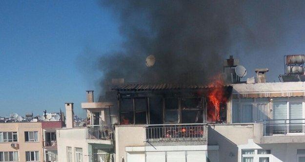Ev yangını mahalleyi sokağa döktü