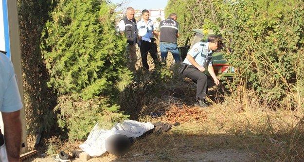 İş yerini açan esnaf önce otomobili sonra cesedi buldu