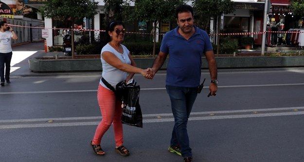 Şüpheli çantayı fark etmeyen engelli kadına polis yetişti