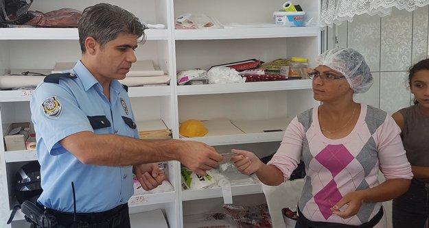Yufkacı kadın yolda bulduğu bir aylık kazancını polise teslim etti