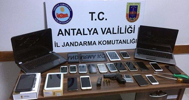 Alanya'da 22 cep telefonu çalan 3 şüpheli yakalandı
